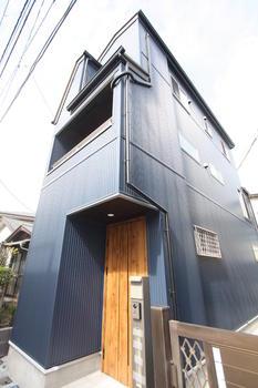 外観 : 【外観-精悍】 精悍なガルバリウムの外壁に、マキアートパインカラーの玄関ドアがアクセントとなり、お洒落な外観を実現!外構部分のホワイトもさりげなく、ポイントになっております♪   自社直売・新築戸建・豊島区高松2丁目(豊島区新築一戸建て)