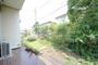 広々とした南庭です。ガーデニング・家庭菜園・BBQ・プール等、用途は様々です。写真右側の木々がプライバシーを確保します。