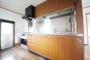 収納力に富んだシステムキッチン。茶色いでシンプルなデザインが目を惹きます。