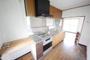 奥様の気持ちを考えた、幅広なオーブン付きのシステムキッチンです。まな板スペースをしっかりと確保しており、普段の料理が捗ります。背面には冷蔵庫を置いても余裕なスペースが広がります。