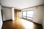 2階の洋室は約10帖の洋室になります。収納スペースも充実しており、使い勝手の良い洋室でございます。 窓も大きいので室内を明るく照らしてくれます!