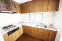 2階のキッチン。L字型のキッチンはワークスペースも広く作業がしやすくなっております。また、窓も付いているので、こもりがちな臭いや熱気等を逃がしてくれる主婦の強い味方です。