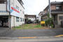 前面道路は秋川街道で幅員約14m