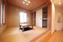 和室は掘りごたつとなっており、冬はこたつで家族と過ごしてみてはいかがですか。 和室の下には収納があります。